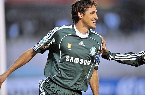 Jogador Edmilson comemorando um gol pelo Palmeiras.