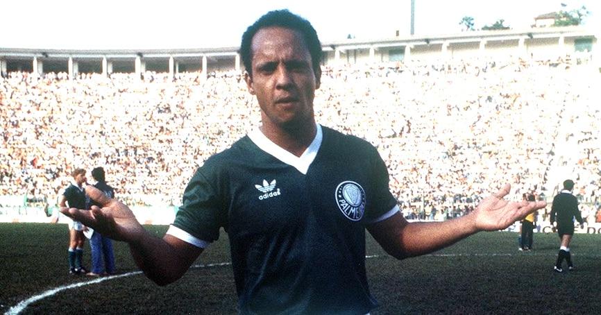 Jogador Reinaldo com a camisa do Palmeiras